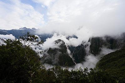 Machu Picchu in Wolken gehüllt - p590m1225721 von Philippe Dureuil