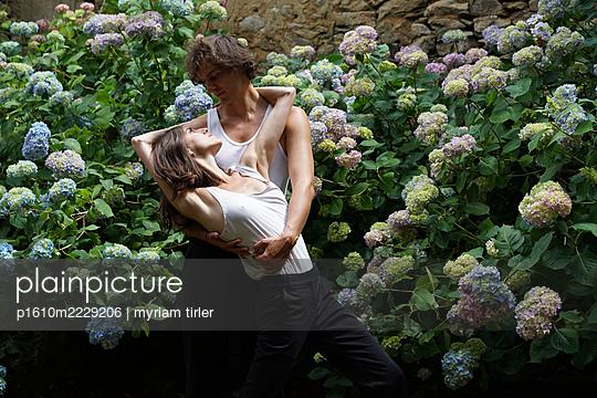 Tanzendes Paar im Garten - p1610m2229206 von myriam tirler