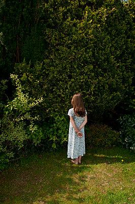 Mädchen im Garten - p1311m1138090 von Stefanie Lange