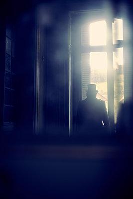 Mann Zylinder Fenster - p1312m1137745 von Axel Killian