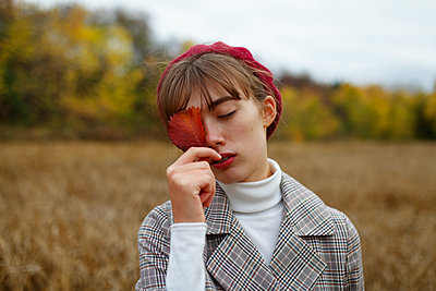 Woman wearing beret, portrait - p1646m2253845 by Slava Chistyakov