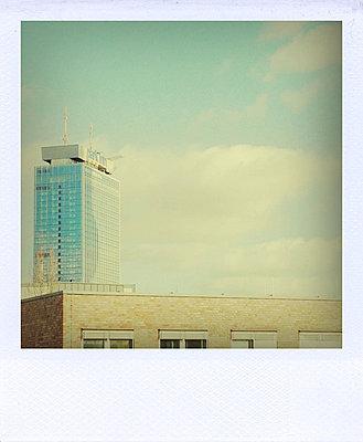 Blick auf Backsteinfassade, dahinter ein Haus des Alexanderplatzes - p627m1035845 von Sophia Paeslack