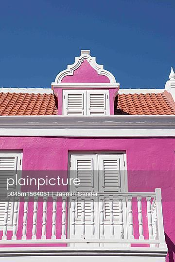 Pinkes Haus in der Karibik - p045m1564051 von Jasmin Sander