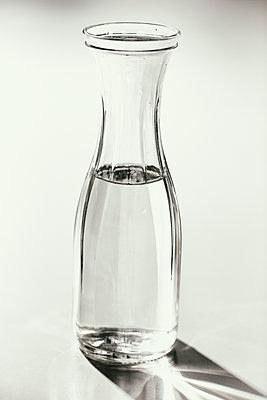 Karaffe mit Wasser - p1212m1110393 von harry + lidy