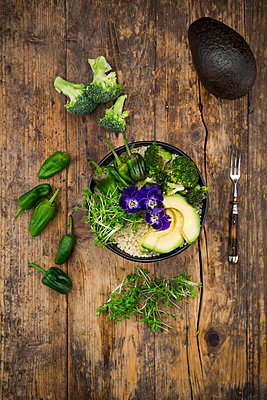 Detox bowl, quinoa, brokkoli, quinoa, avocado, pimientos de padron, cress and pansies - p300m1562505 by Larissa Veronesi