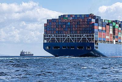 Spain, Andalusia, Strait of Gibraltar, Cargo ship - p300m2103335 von Sebastian Kanzler