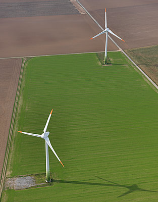 Aerial view wind turbines in agricultural fields near Frankfurt, Hessen, Germany - p301m2017739 by Stephan Zirwes