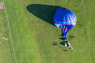 Aerial view hot air balloon on Pitchcroft Racecourse, Worcester, England, UK - p429m1188154 by Matt Walford