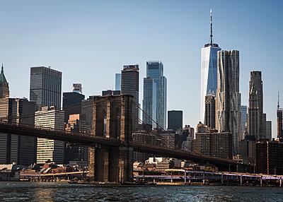 Brooklyn Bridge against skyline of New York City - p758m2222561 by L. Ajtay
