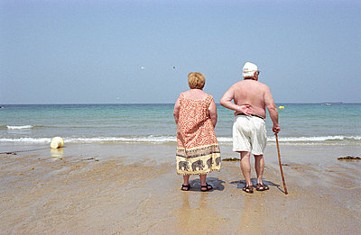 Elderly couple at the beach - p0830124 by Thomas Lemmler
