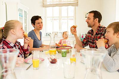 Familienfrühstück - p341m1137147 von Mikesch