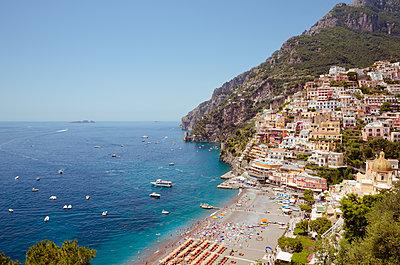 Blick auf den Strand in Positano - p432m1149546 von mia takahara