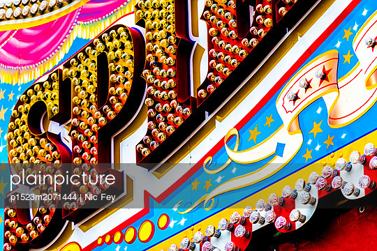 Jahrmarkt, Leuchtreklame - p1523m2071444 von Nic Fey