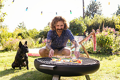 BBQ with dog - p788m2027460 by Lisa Krechting