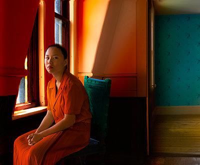 Frau am Fenster - p1693m2292899 von Fran Forman