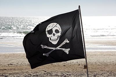 Piratenflagge am Strand - p415m1149752 von Tanja Luther