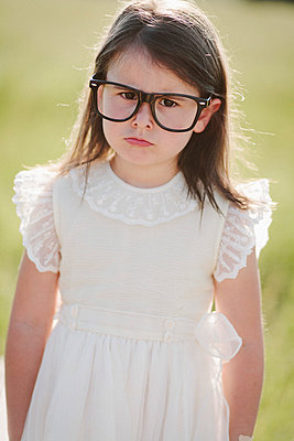 Little girl with oversized glasses - p946m815530 by Maren Becker