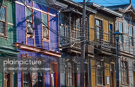 colourful residential houses in Valparaiso in Chile - p1166m2192141 by Cavan Images