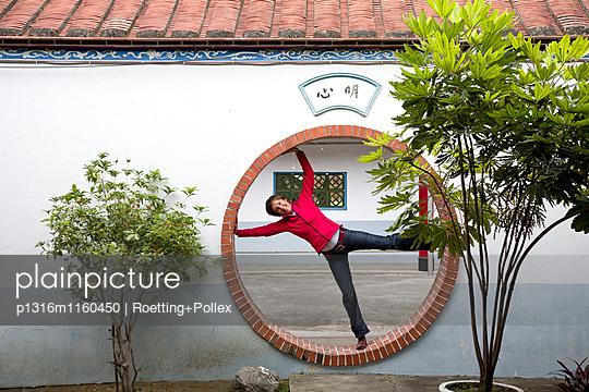 Deutsche Touristin im Mondtor eines Tempels, Tainan, Republik China, Taiwan, Asien - p1316m1160450 von Roetting+Pollex