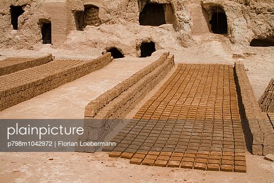 Sonnengetrocknete Lehmziegel vor der Zitadelle von Meybod - p798m1042972 von Florian Loebermann