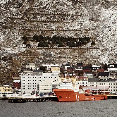 Frachtschiff im Hafen von Honningsvag - p1065m891797 von KNSY Bande