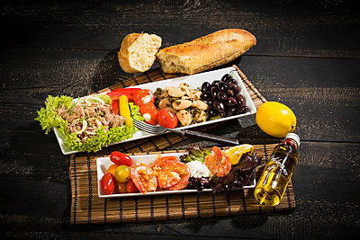 Antipasti, tuna, salad, filled paprika, white beans, black olive, shrimp, sour cream, tomato and white bread - p300m1588013 von Roman Märzinger