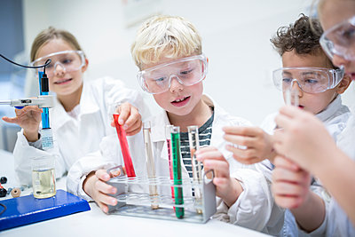 Pupils in science class experimenting with liquids in test tubes - p300m2004618 by Fotoagentur WESTEND61