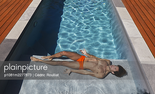 Man at the poolside - p1081m2277873 by Cédric Roulliat