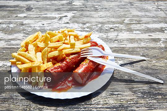 Currywurst und Pommes Frites - p851m1148582 von Lohfink