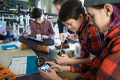 Pre-adolescent boys assembling robotics in classroom - p1192m1231030 by Hero Images