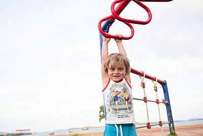 Junge am Klettergerüst - p1308m1539520 von felice douglas