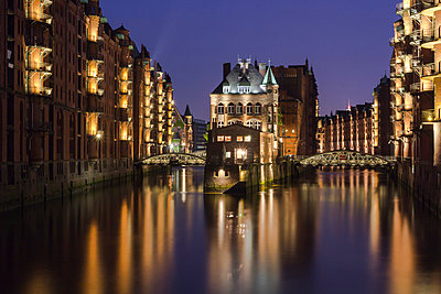 Germany;  Hamburg;  View of warehouse - p300m836972f by Stefan Kunert