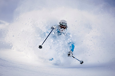 A young man skiing in powder snow in Champorcher, Valle d'Aosta, Italy. - p343m963782 by Damiano Levati