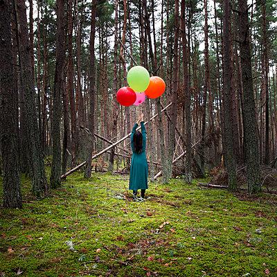 Frau mit Luftballons im Wald - p1105m2134538 von Virginie Plauchut
