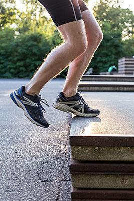 Mann macht Step-Up Übungen. - p1396m1463547 von Hartmann + Beese