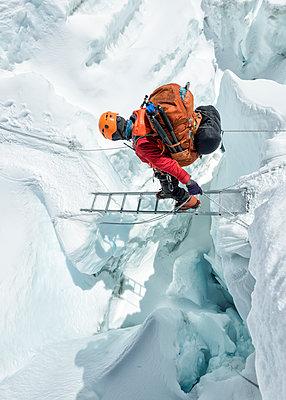 Nepal, Solo Khumbu, Everest, Sagamartha National Park, Mountaineer crossing icefall at Western Cwm - p300m2005692 von Alun Richardson