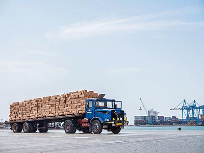 LKW mit Fracht - p390m1586478 von Frank Herfort