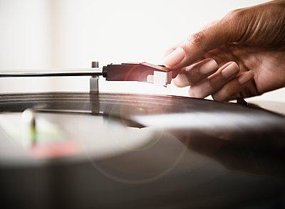 Cape Verdean woman listening to vinyl record - p555m1479069 by JGI/Jamie Grill