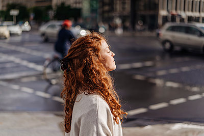 Redheaded woman with closed eyes in Berlin - p586m1208830 by Kniel Synnatzschke