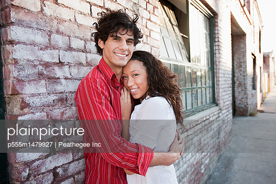 Couple hugging in urban area - p555m1479927 by Peathegee Inc
