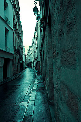 Dunkle Gasse in Paris - p4320288 von mia takahara