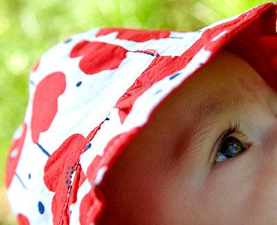 Baby observes - p681m815658 by Sandrine Léon
