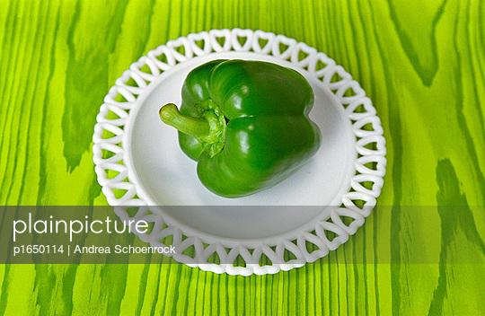 Grüne Paprika auf grünem Tisch - p1650114 von Andrea Schoenrock