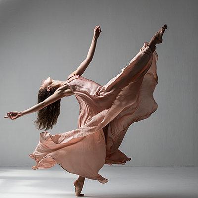 Ballerina - p1139m2216279 by Julien Benhamou