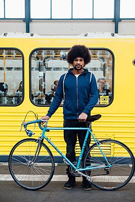 Junger Mann mit Rennrad wartet auf die U-Bahn - p1303m1125376 von Ansgar Schwarz