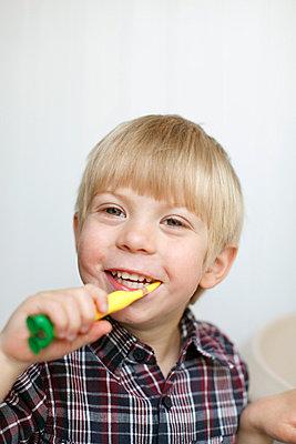 Brushing the teeth - p2490503 by Ute Mans