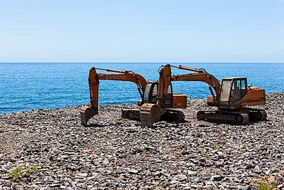 Portugal, Shovel on stone beach of Sao Bento - p300m877818 by Martin Moxter