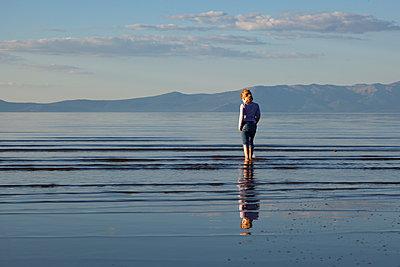 Mädchen am Lake Tahoe - p712m1466314 von Jana Kay