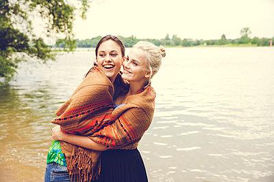 Freundinnen am Fluss - p904m932307 von Stefanie Päffgen
