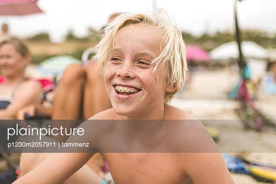 Junge am Strand - p1230m2057911 von tommenz